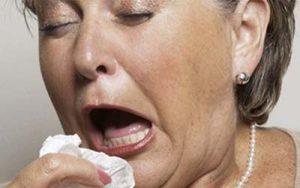 tüsszentő influenzás nő